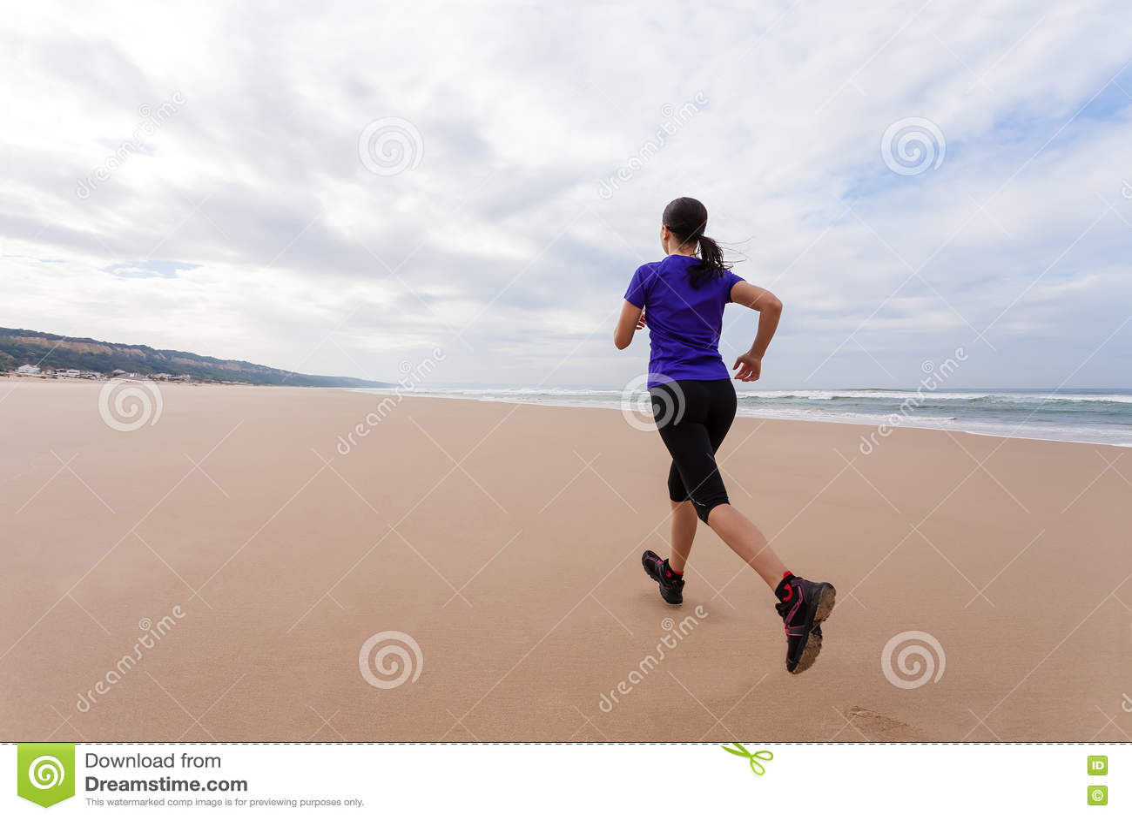 Spring för kvinnlig idrottsman nen på stranden