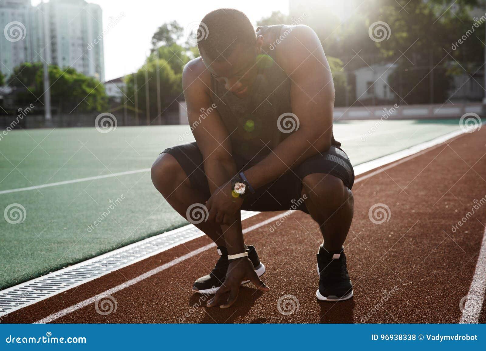 Spring för trött afrikansk manlig idrottsman nen för barn färdig