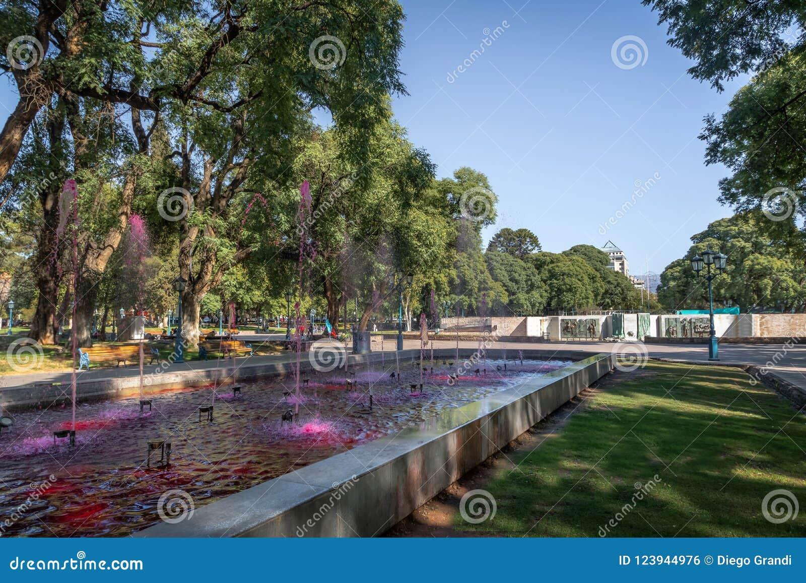 Springbrunn för fyrkant för PlazaIndependencia självständighet med rött vatten som vin - Mendoza, Argentina - Mendoza, Argentina