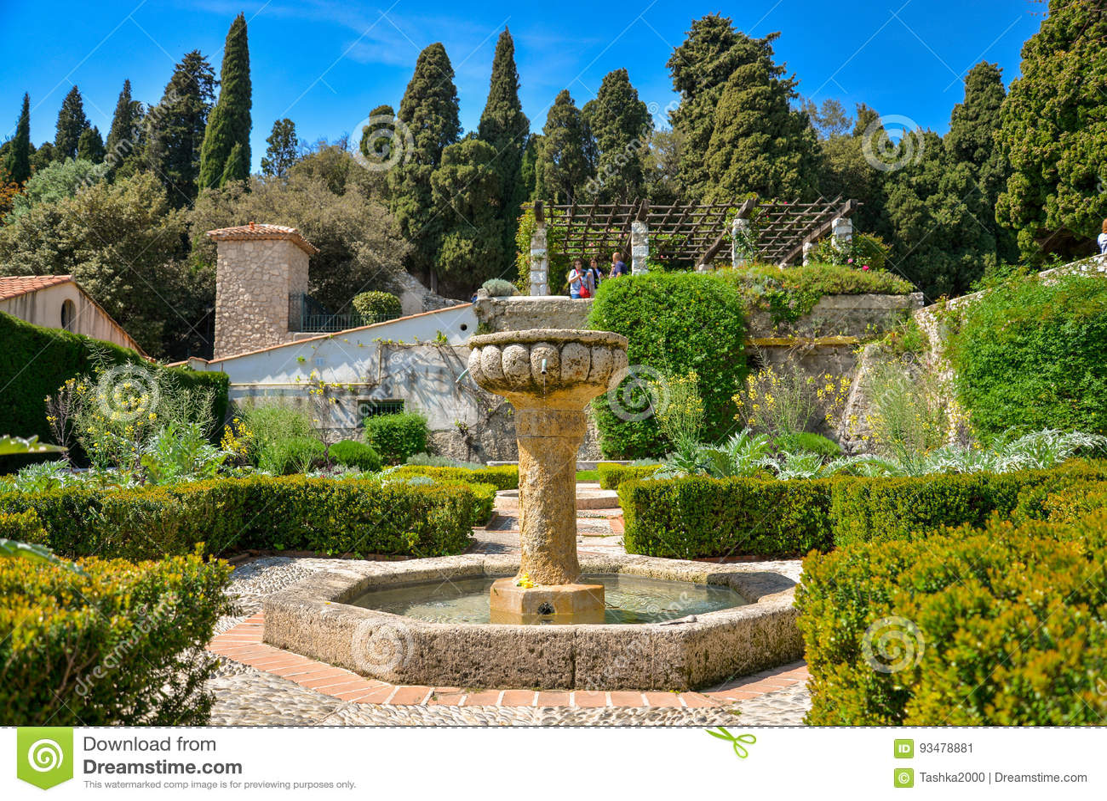 Springbrunn på den trädgårds- Franciscan kloster