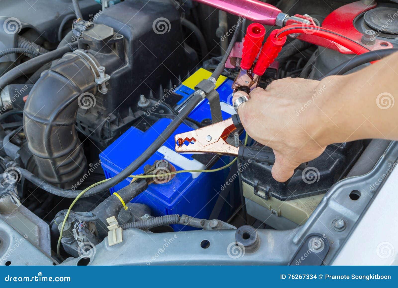 Springen der Autobatterie für die Aufladung