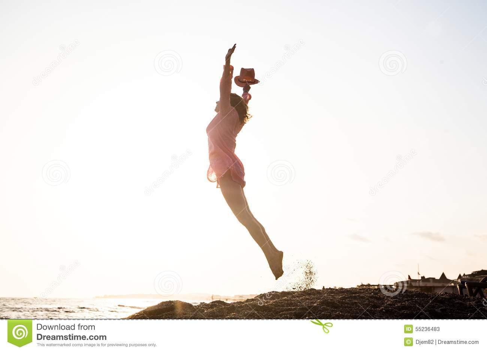 Springen der jungen Frau