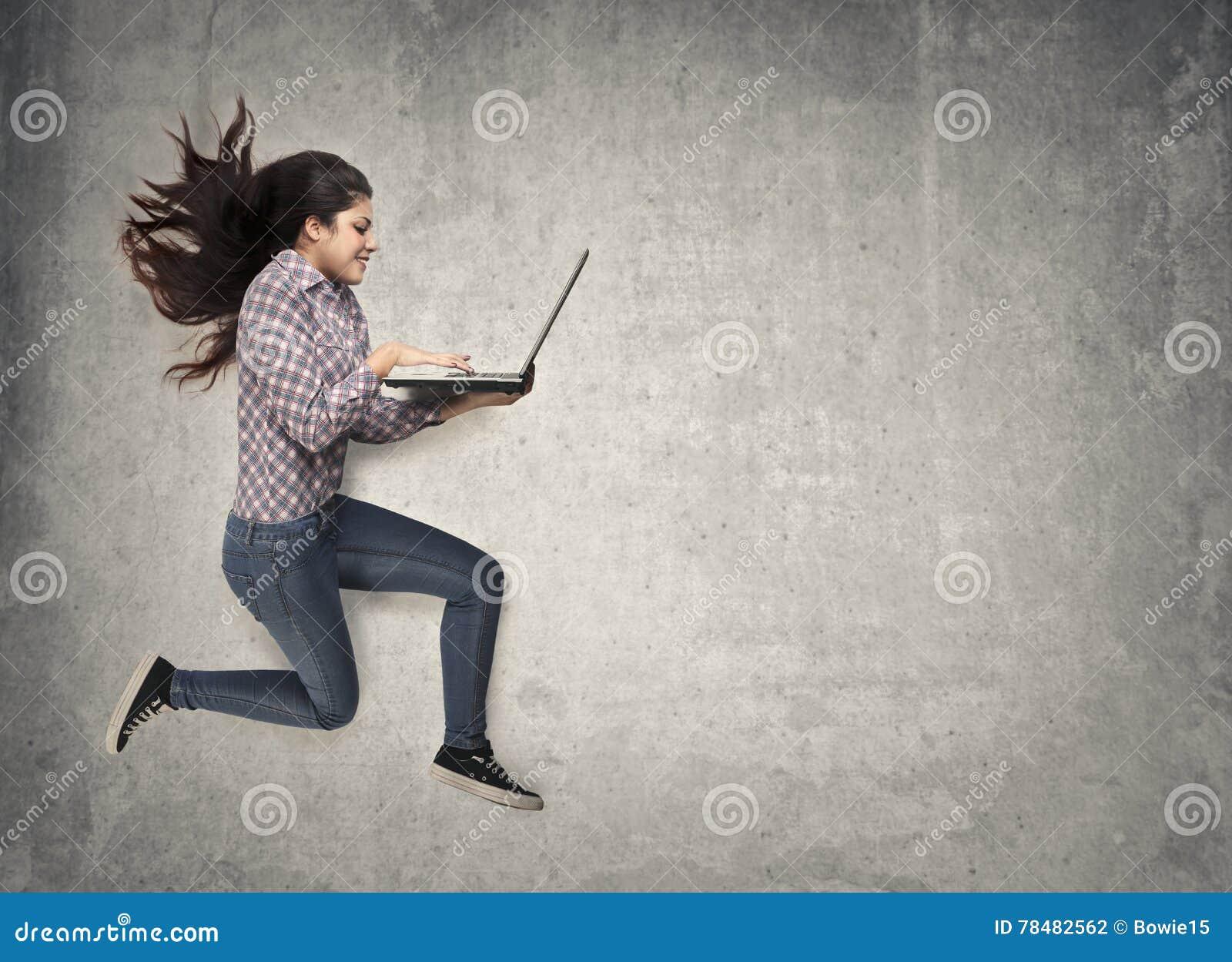 Springen mit Laptop