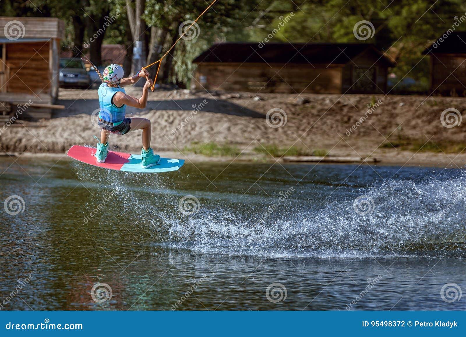 Springen Sie über das Wasser auf einem wakeboard