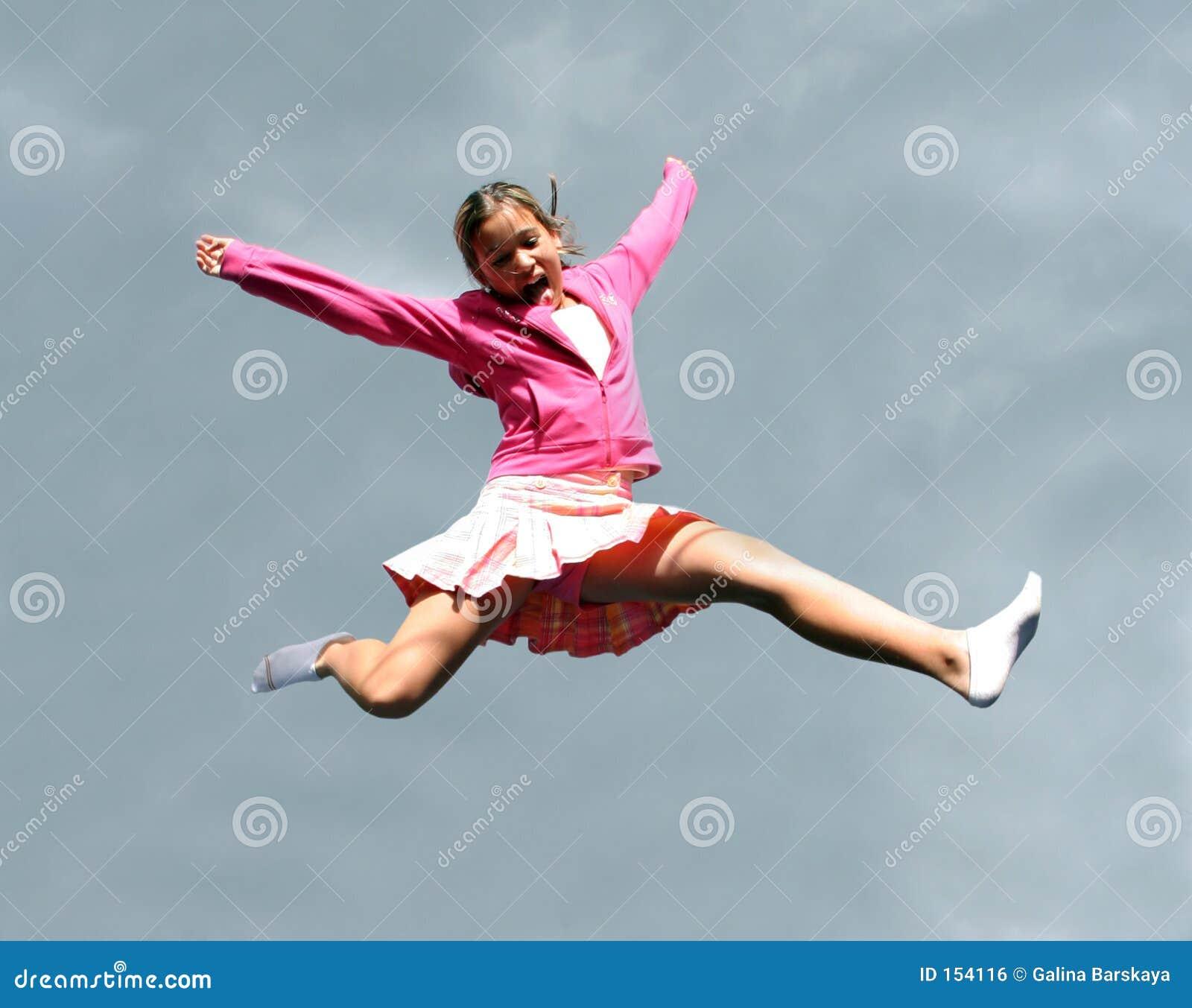 Springend gelukkig meisje