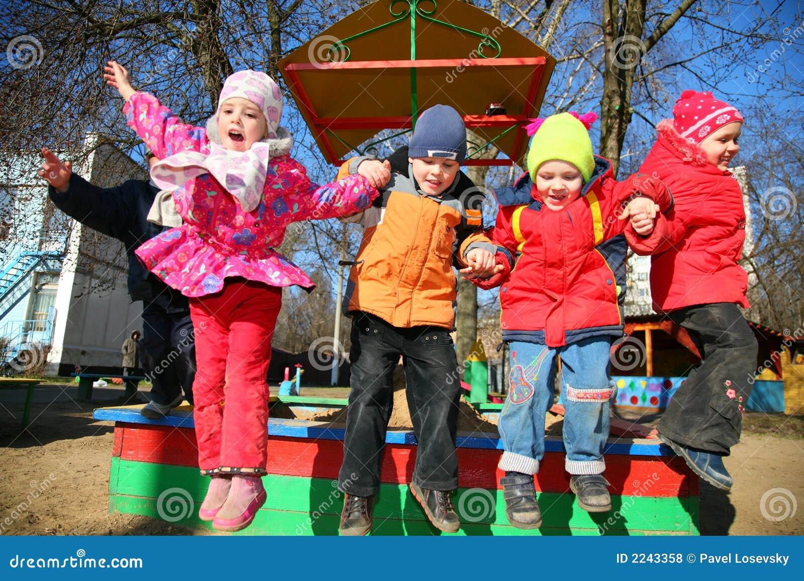 Springend team in kleuterschool