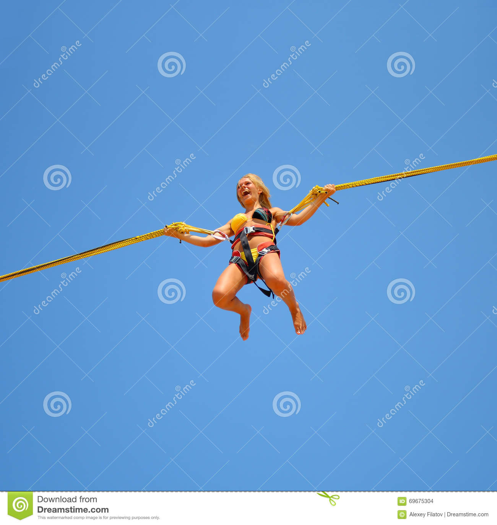 Springendes Mädchen auf der Trampoline am Funfair