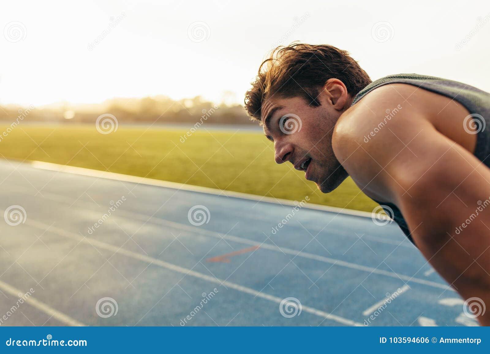 Sprinter που στέκεται στο τρέξιμο της διαδρομής
