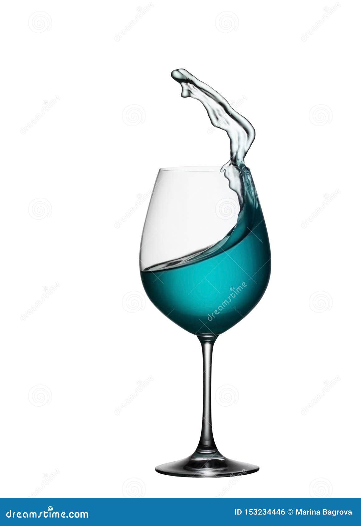 Spritzen des blauen Getränks im Glas auf weißem lokalisiertem Hintergrund Das Spritzen des blauen Wassers ist wie eine Seewelle i