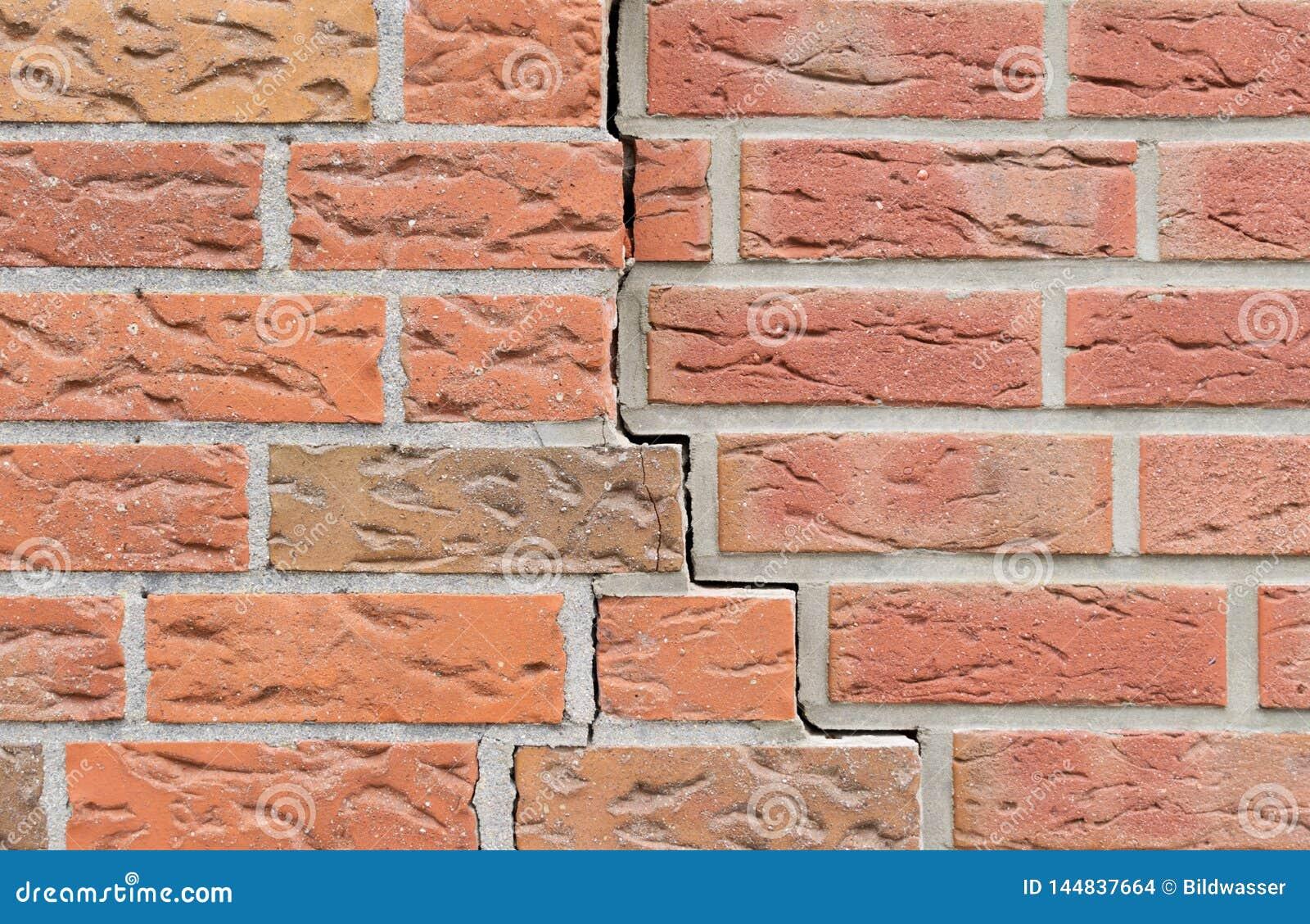 Sprung in der Backsteinmauer Bunte Auslegung des Strudels