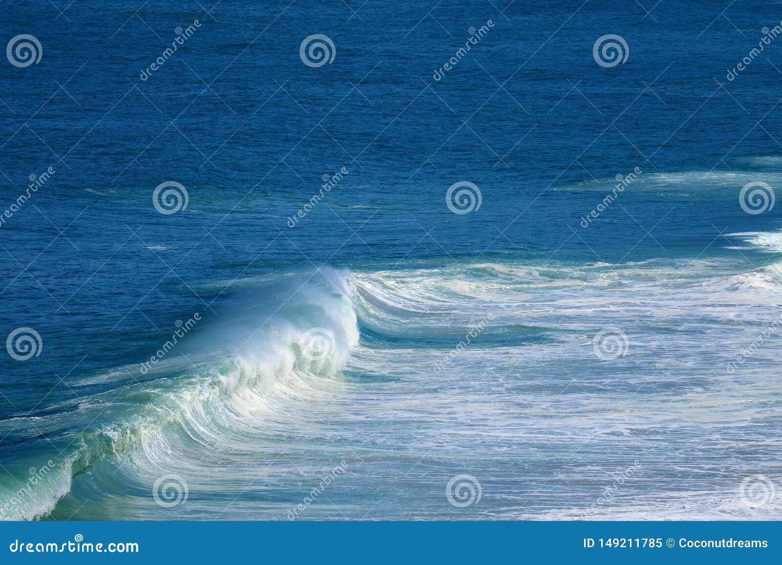 Spruzzando le onde sul mare blu vivo