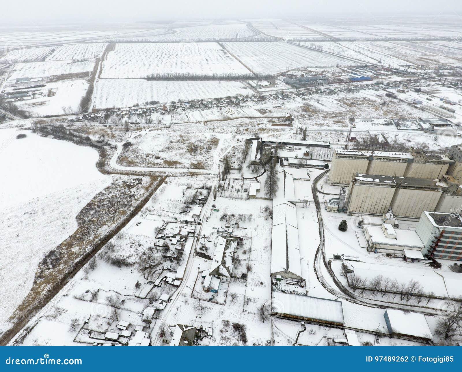 Spruzzato con l elevatore di grano della neve Vista di inverno di vecchio elevatore sovietico Vista di inverno dalla vista di occ