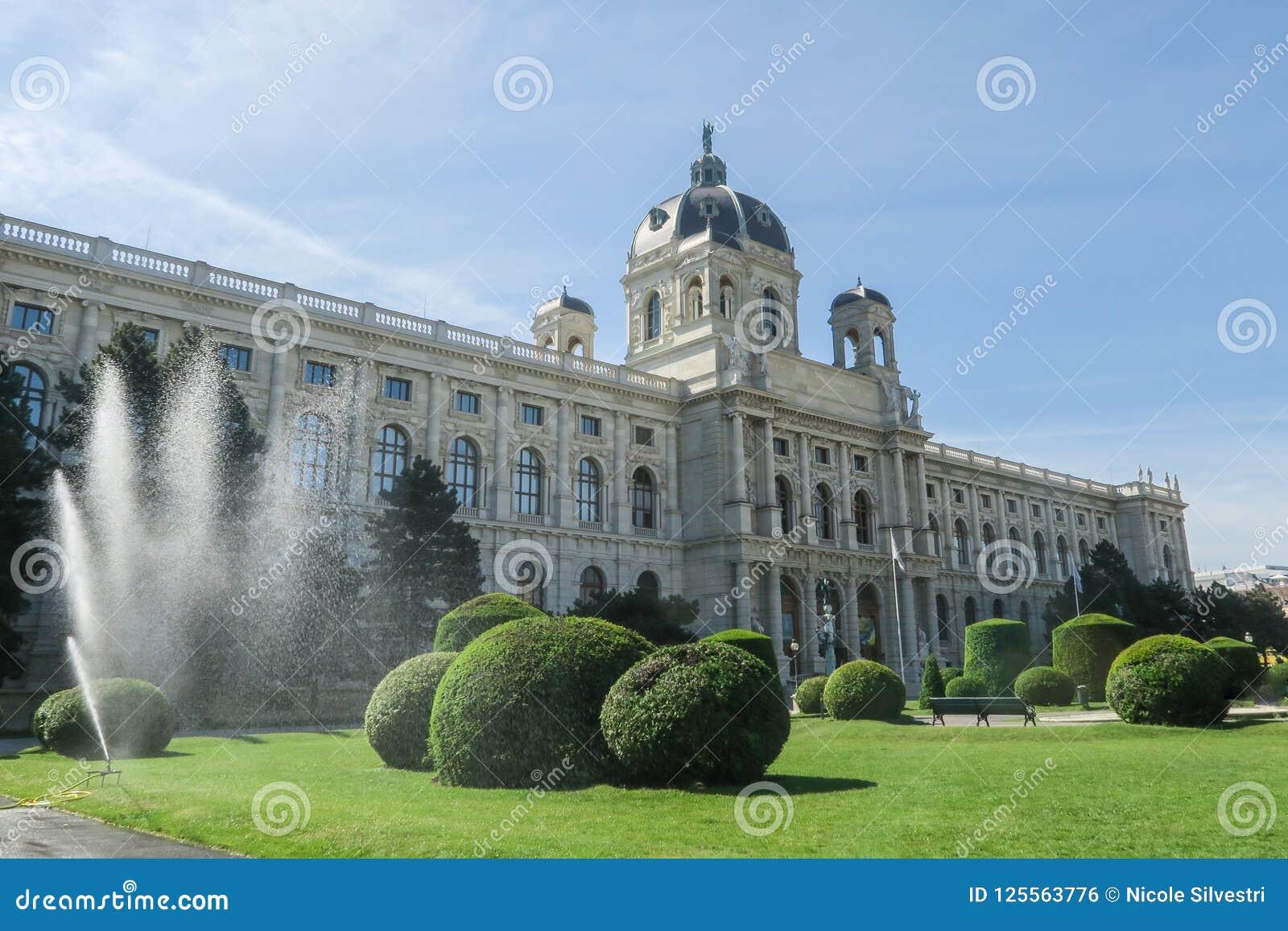 Spruzzatore dell acqua davanti ad Art History Museum su Maria-Theresie
