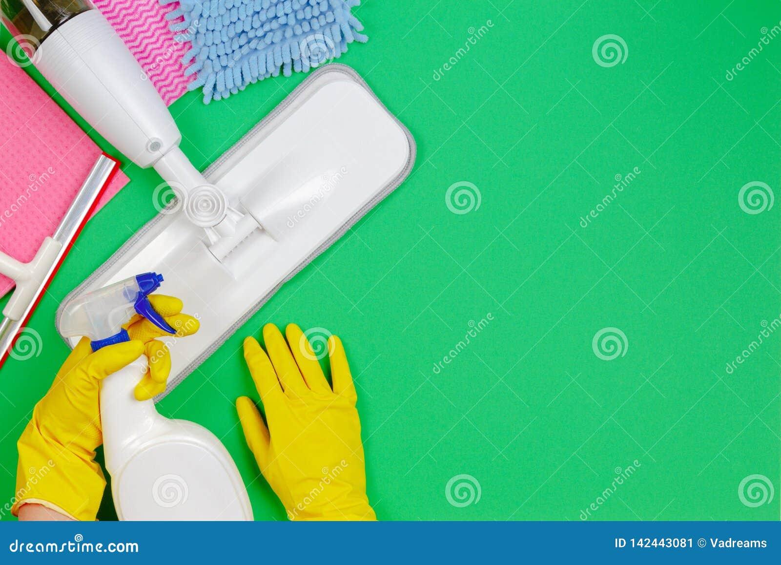 Sprzątanie, housekeeping, gospodarstwo domowe, czyści usługowy pojęcie Czyści kiść kwacz, łachmany, gąbki na zieleni i kobiet ręk