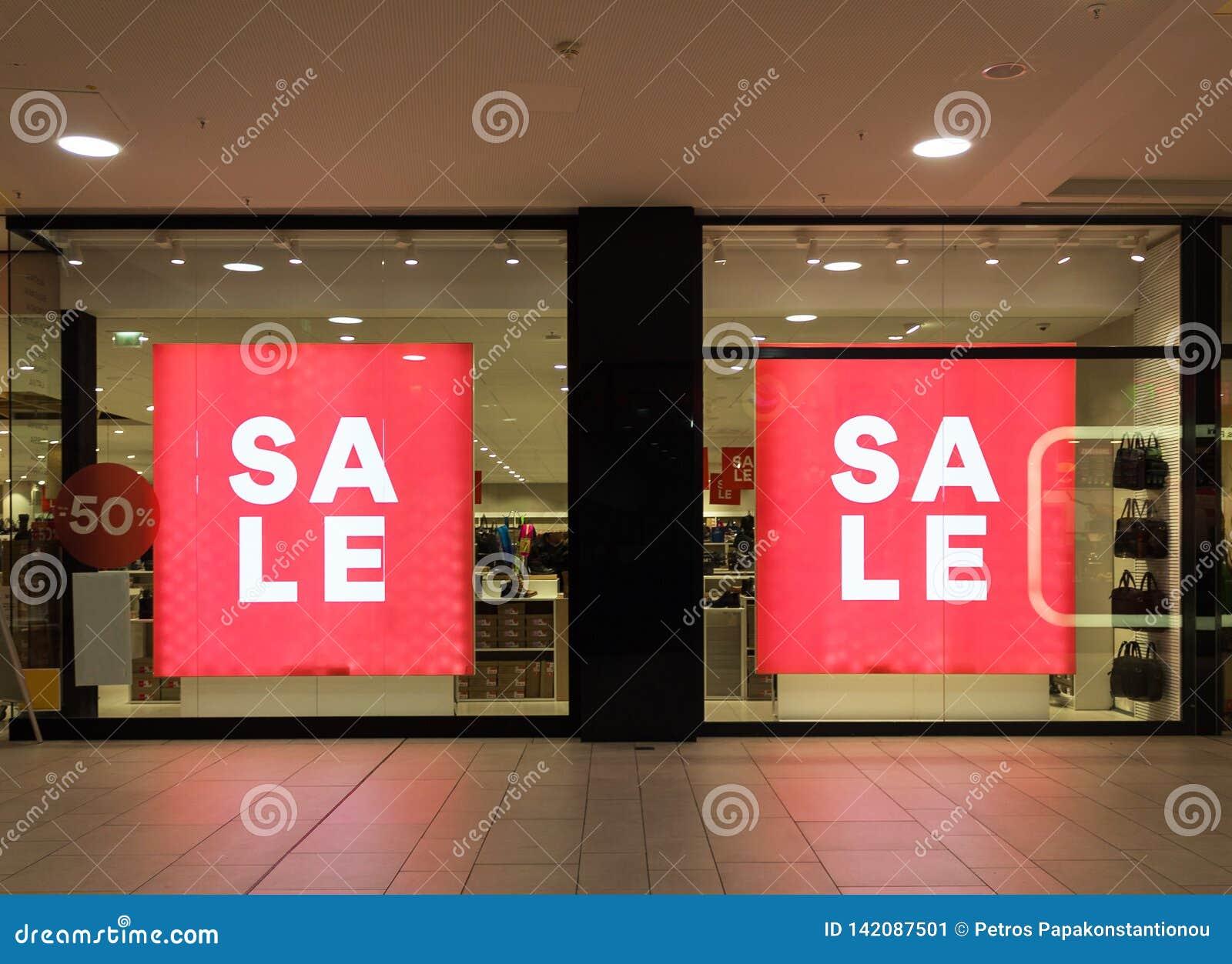 Sprzedaż znak pięćdziesiąt procentów z znaka na sklepu przodzie