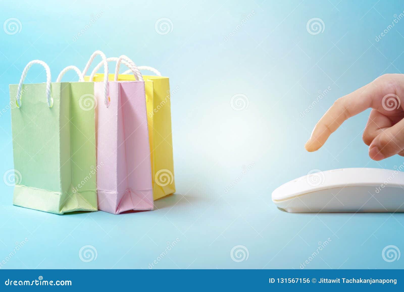 Sprzedawać Online pojęcie Rozkazuje online, jest bardzo popularny w teraźniejszości, Palce naciskają, Właśnie klikają myszy, i ty