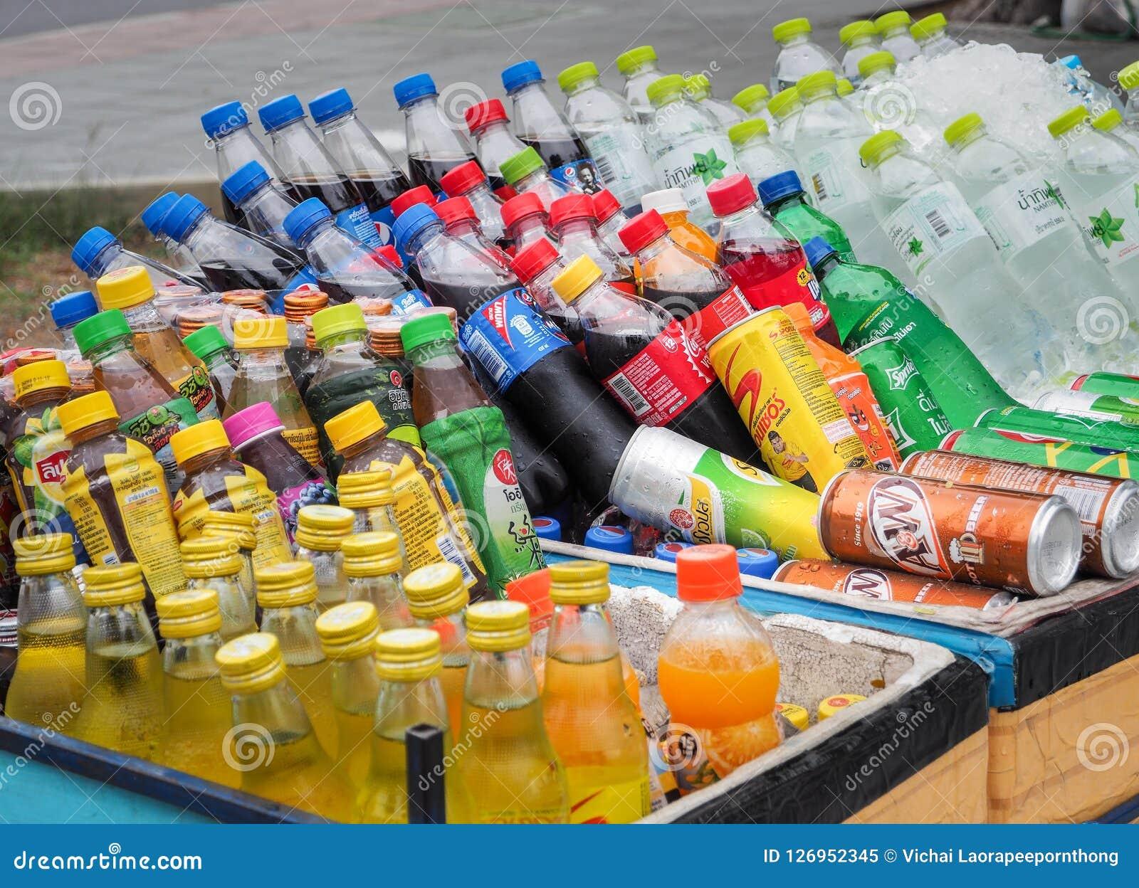 Sprzedawca uliczny fury sprzedawania rozmaitość zimni energia napoje, miękcy napoje, butelkowy sok i sportów napoje,