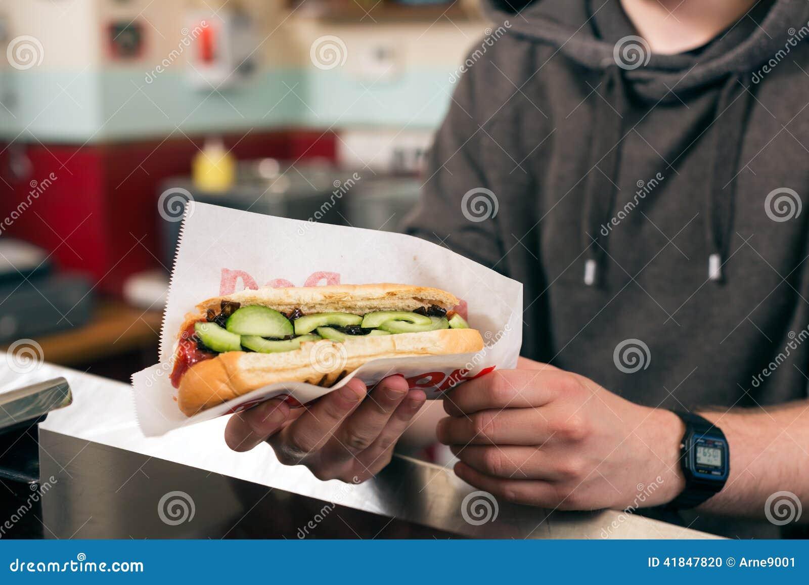 Sprzedawca z hotdog w fast food przekąski barze