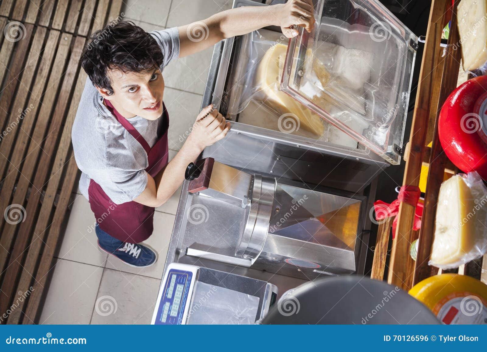 Sprzedawcy kocowania ser W Próżniowej maszynie Przy sklepem spożywczym