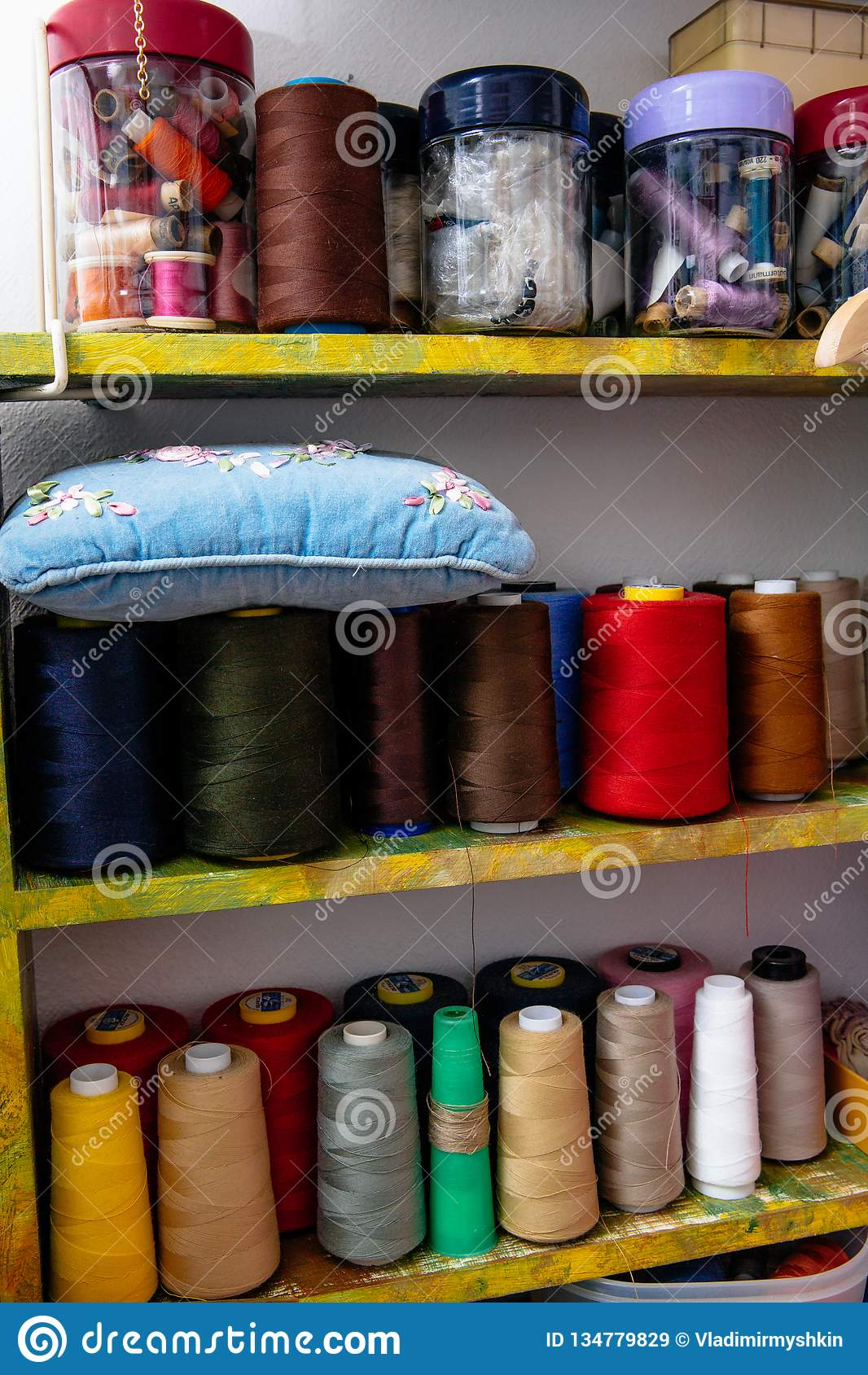 Spulen des farbigen Fadens in der Werkstatt