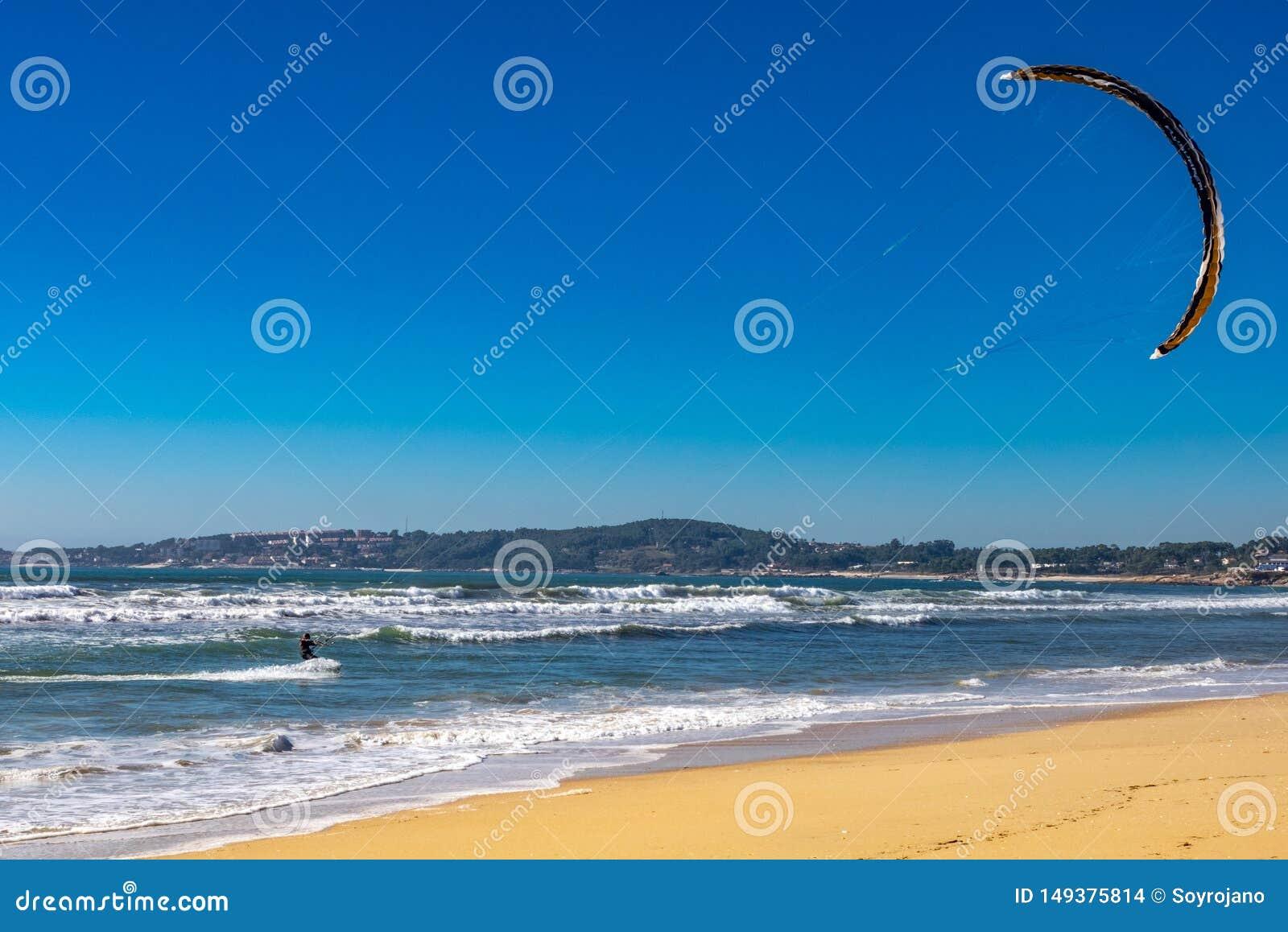 Spuma del pattino nella spiaggia
