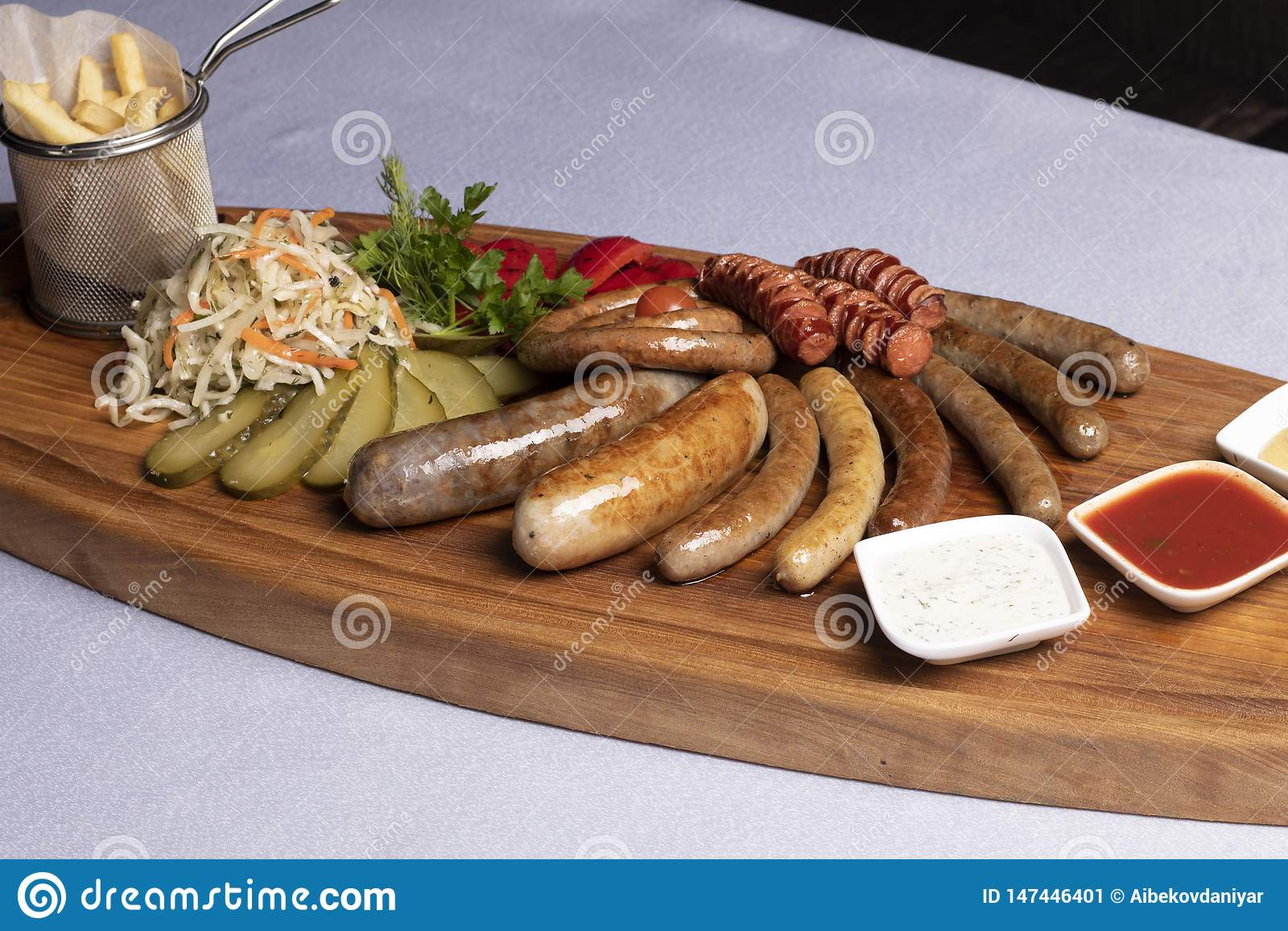 Spuntini freddi per birra, le salsiccie ed il formaggio con i pomodori, il prezzemolo e la ciliegia fritti