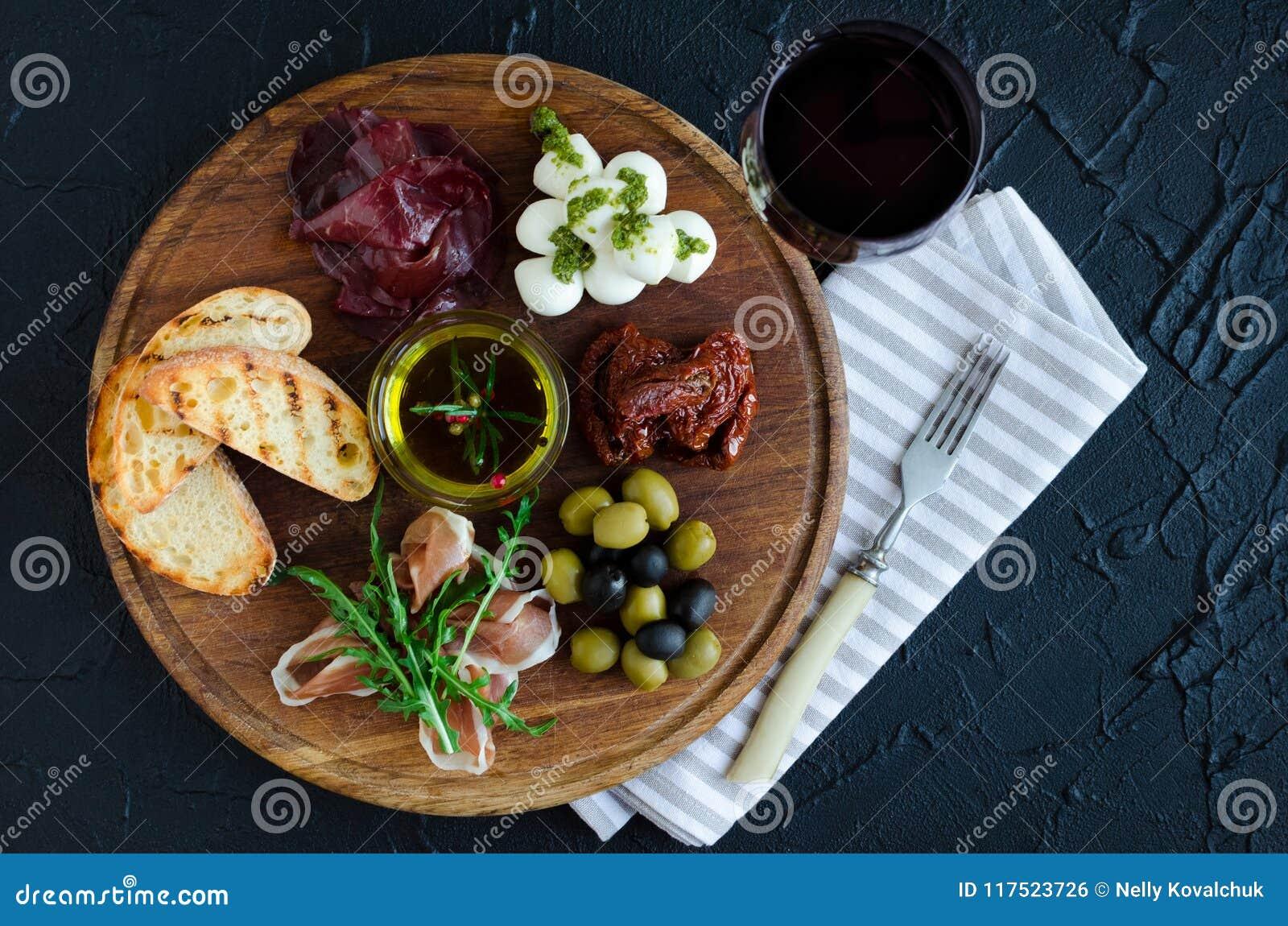 Spuntini italiani del vino dei antipasti messi