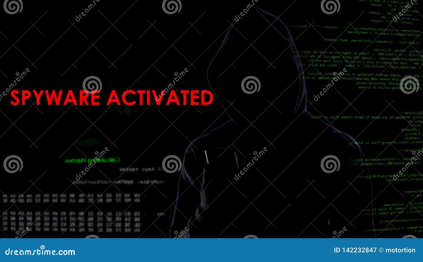 Spyware que activa del pirata informático de sexo masculino en el smartphone, recogiendo la información privada