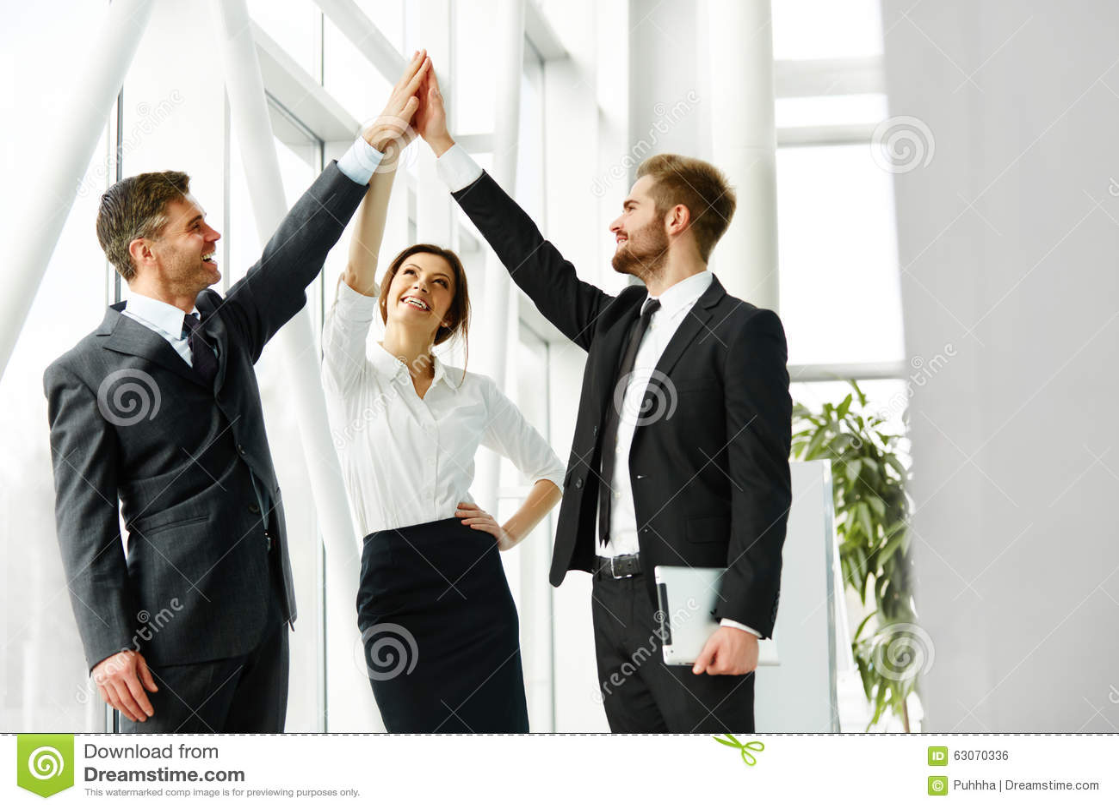 Squadra di affari Riuscita gente di affari che celebra un affare