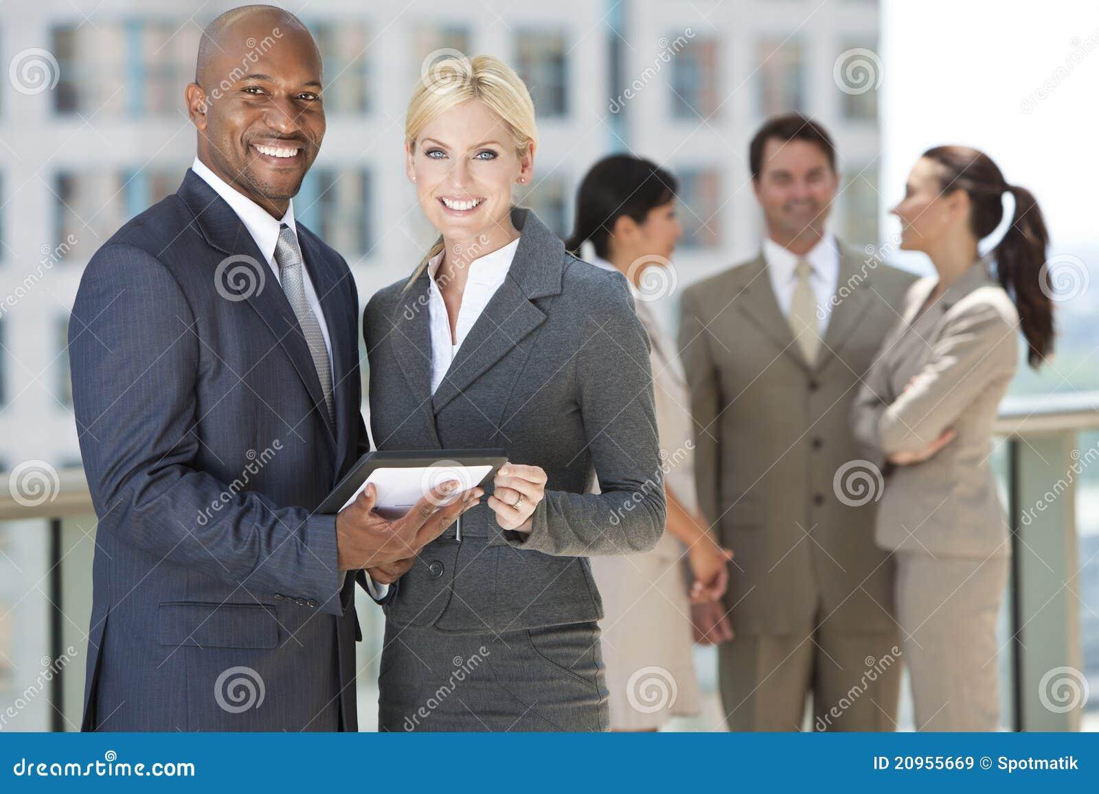 Squadra interrazziale di affari con il calcolatore del ridurre in pani