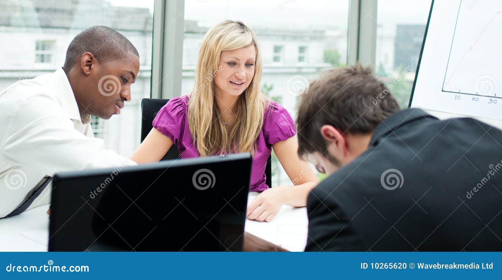 Squadra Multi-ethnic di affari che lavora in un ufficio