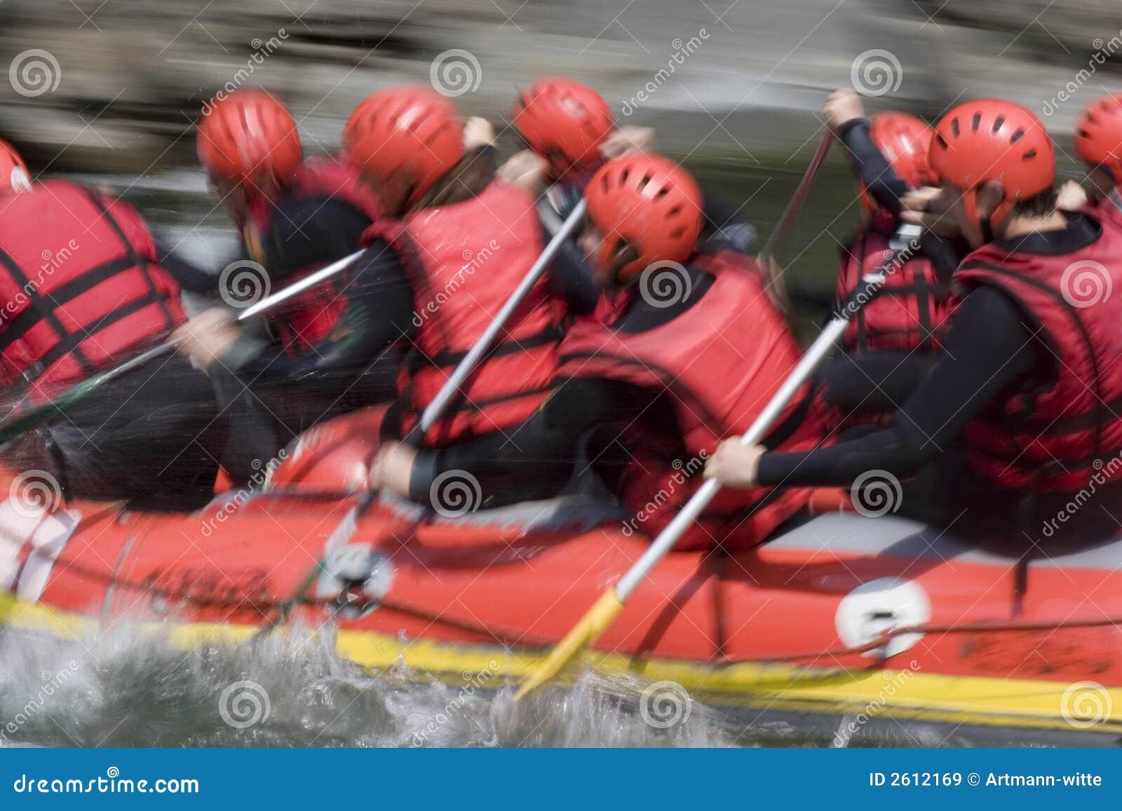 Squadra trasportante rossa su whitewater