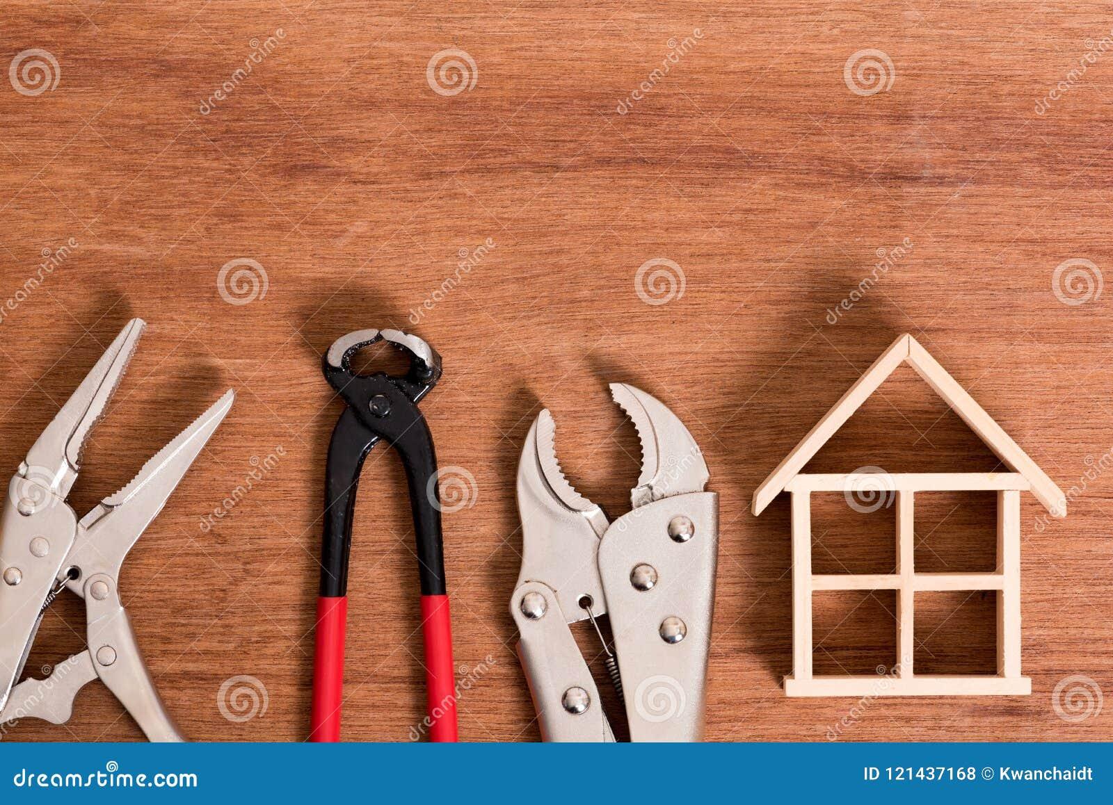 Squelette de maison en bois avec l outil pour le problème de difficulté sur le fond en bois