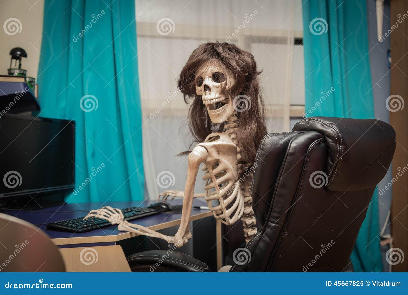 Squelette De Sourire Dans Une Perruque Se Reposant Dans La