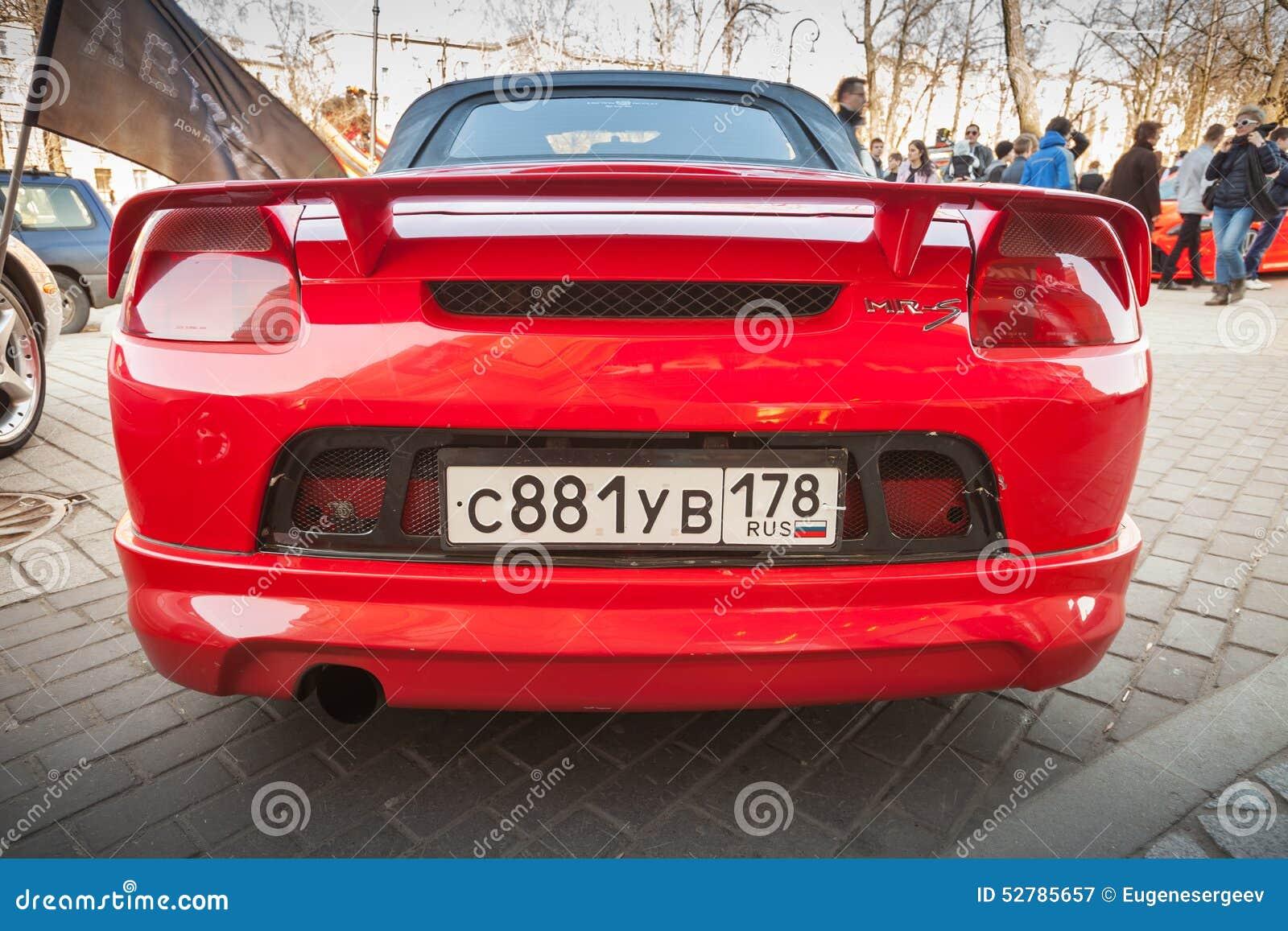 SRA. denominada desportiva vermelha brilhante carro de Toyota, vista traseira