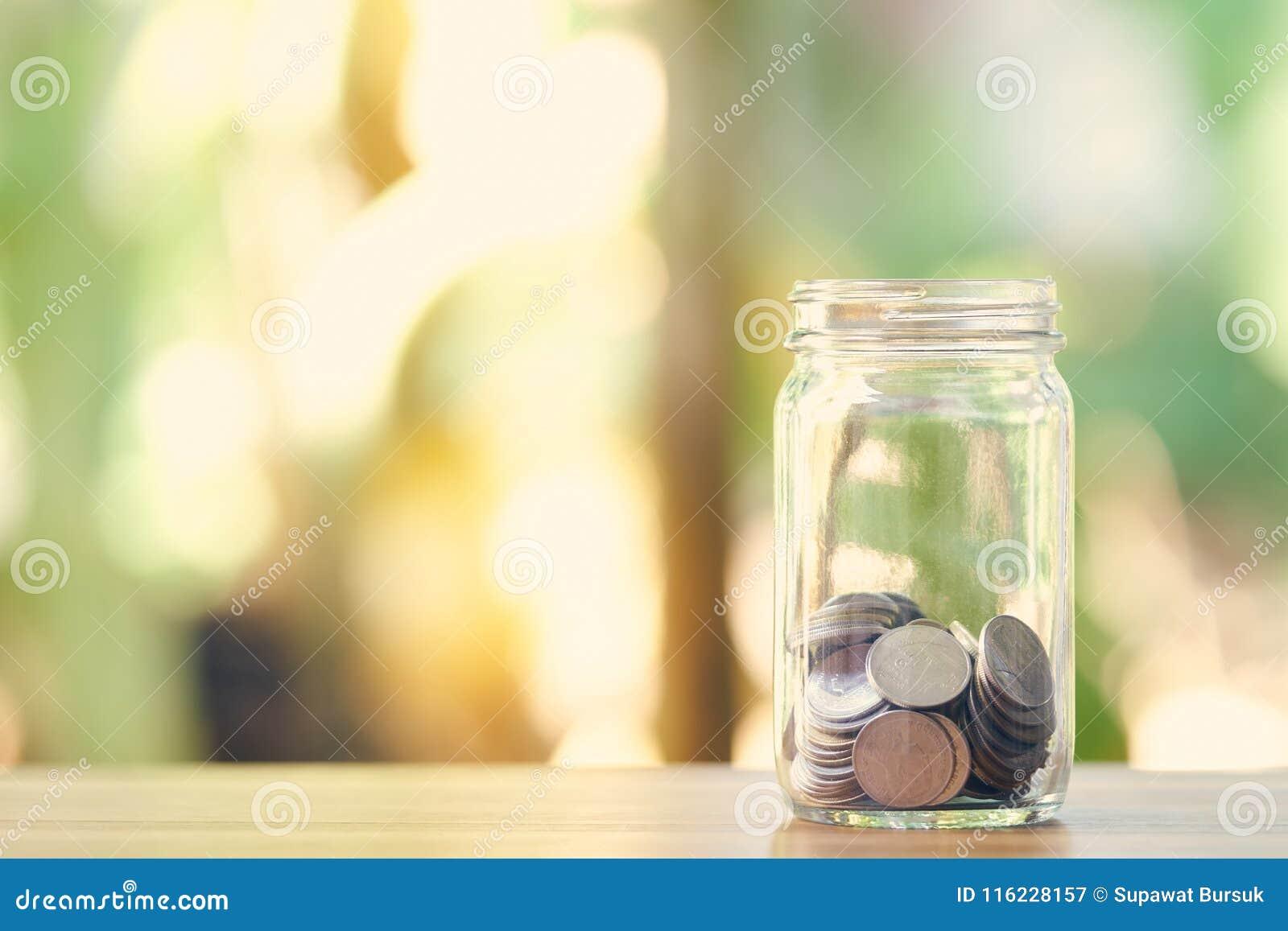Srebna moneta w tuzin szkłach Pieniądze oszczędzania Medialnej inwestyci długoterminowej pieniądze Dobry zarządzanie jako tła biz
