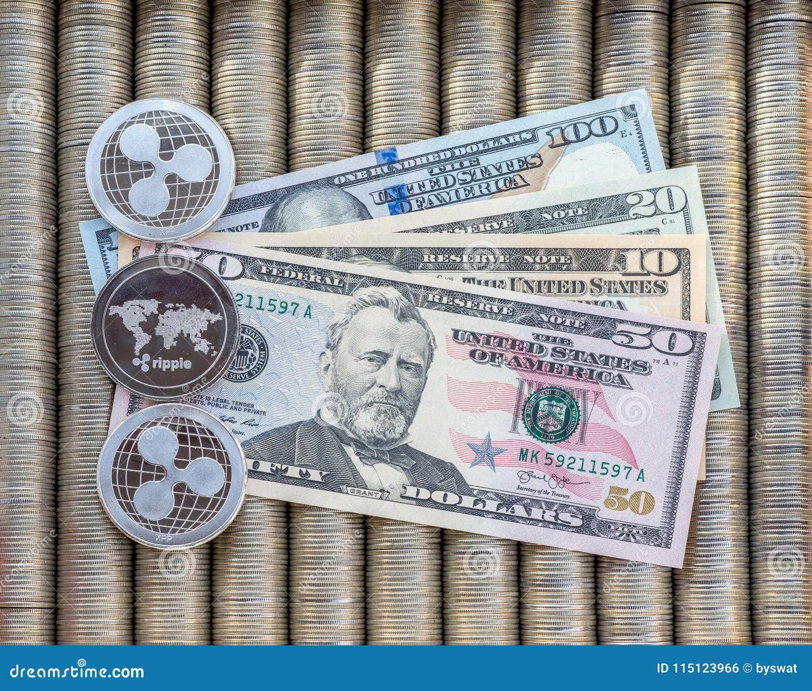 Srebne crypto monety Pluskoczą XRP, papier zauważają my dolary Metal monety kłaść out w gładkim tle each inny, zakończenie vi