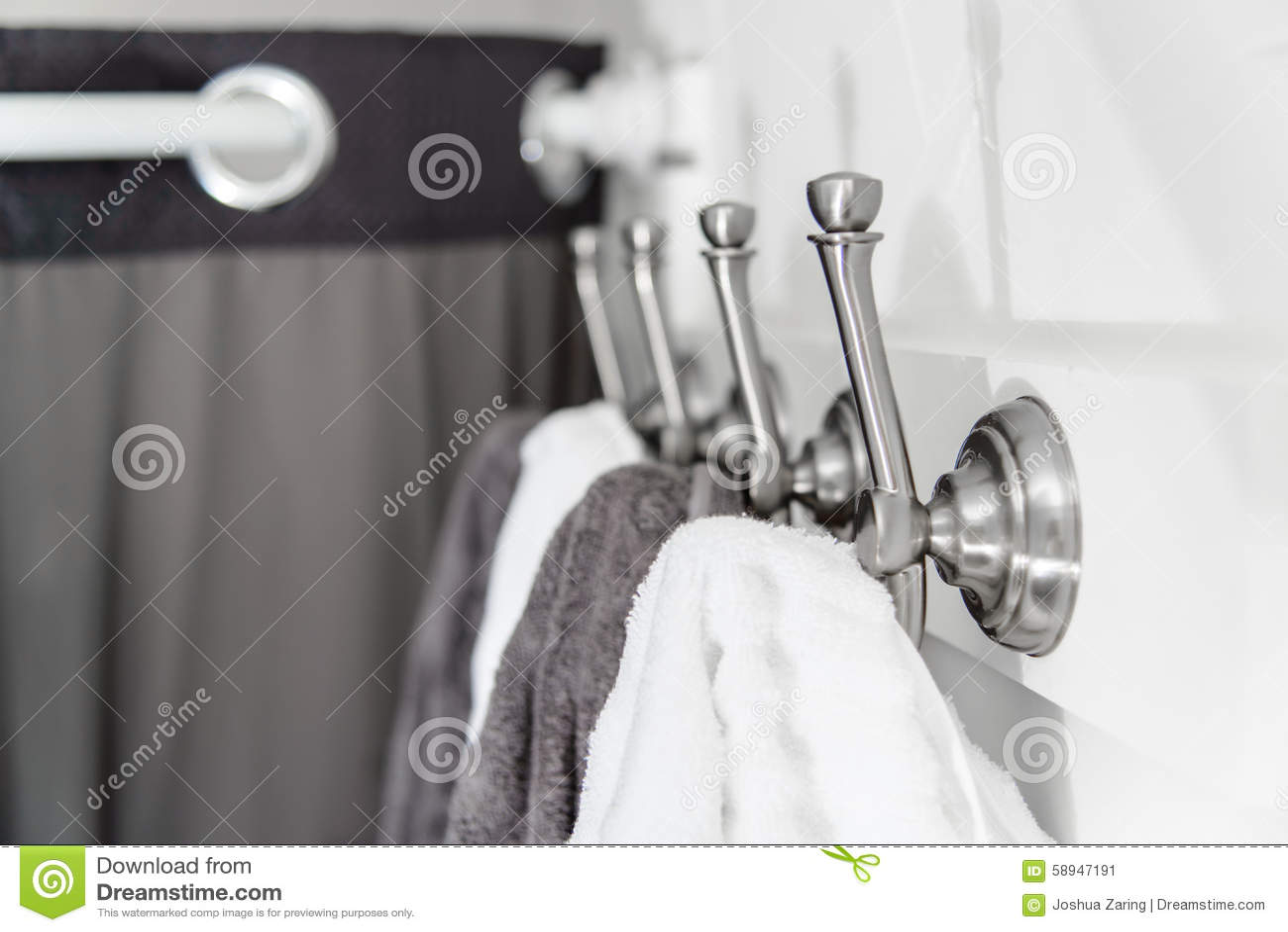 Srebni metali haczyki z bielem i Popielatymi ręcznikami