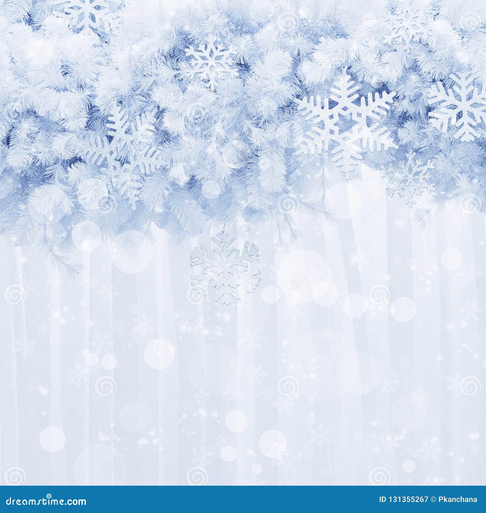 Srebni płatek śniegu kształtują i połyskują na sosnowym liścia tle