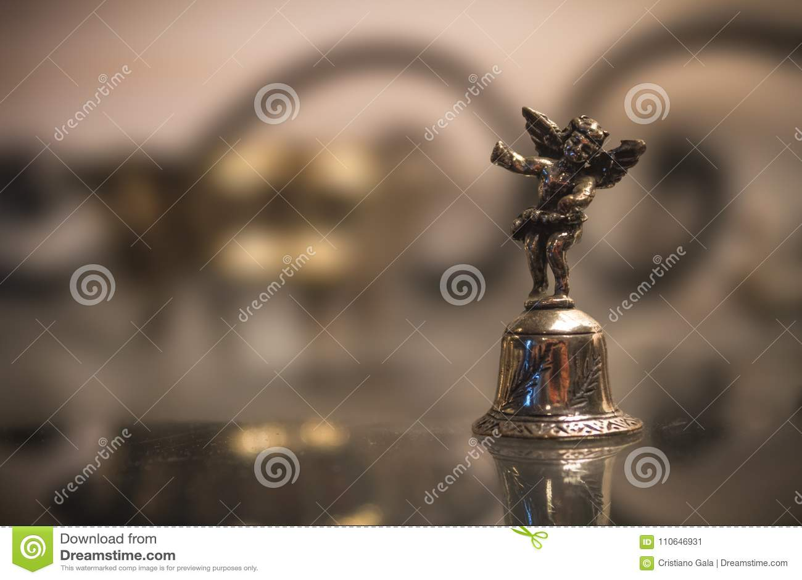 Srebny Bell Z aniołem Makro-