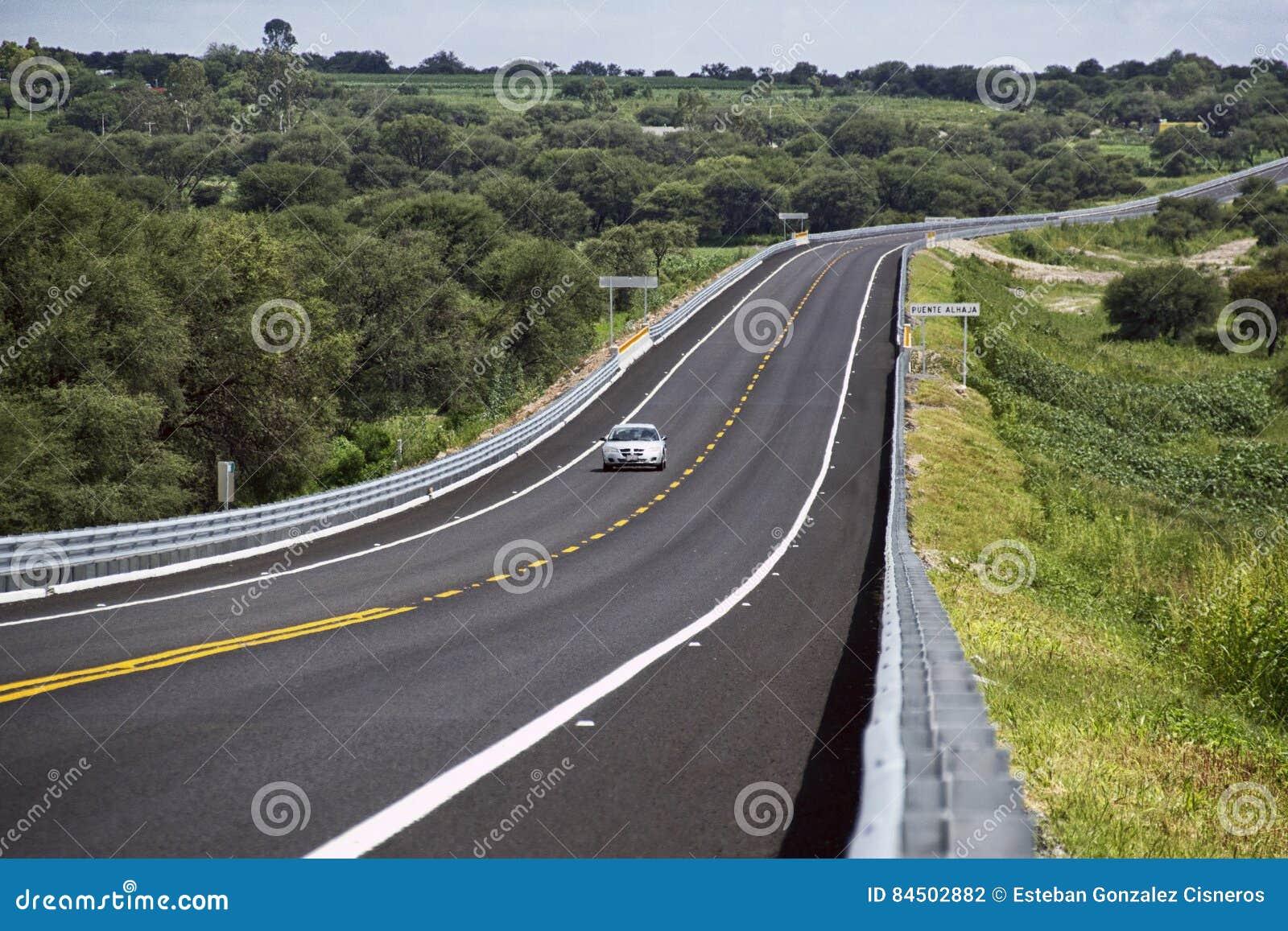 Srebny samochodowy bieg na drodze
