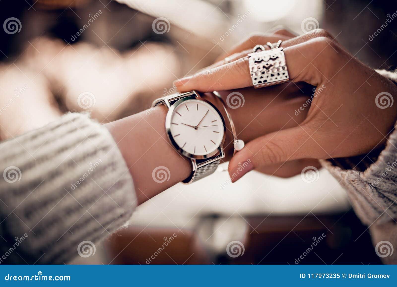 Srebny zegarek na kobiety ręce