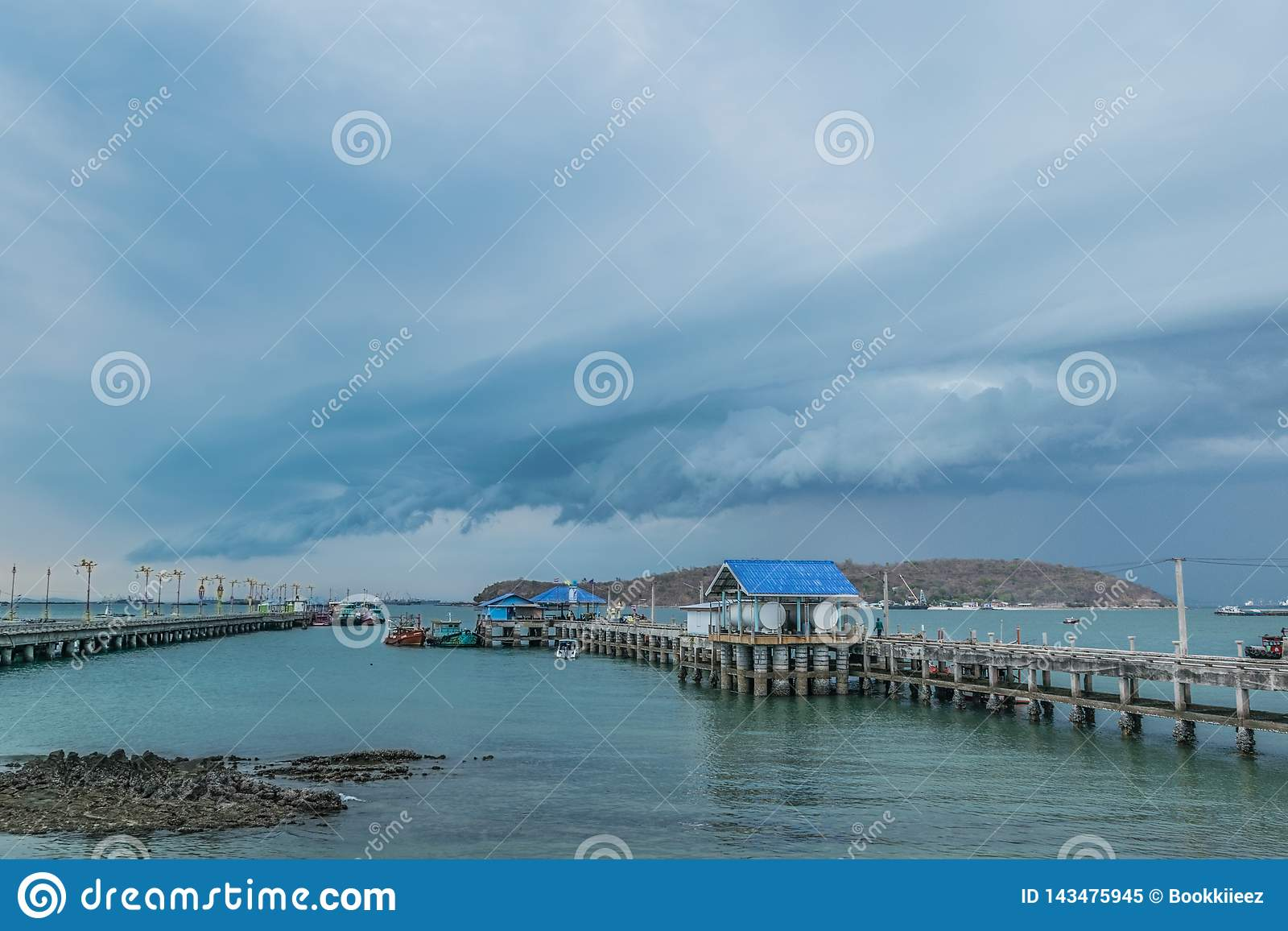 Sri-chung öhamn i Thailand när komma för storm