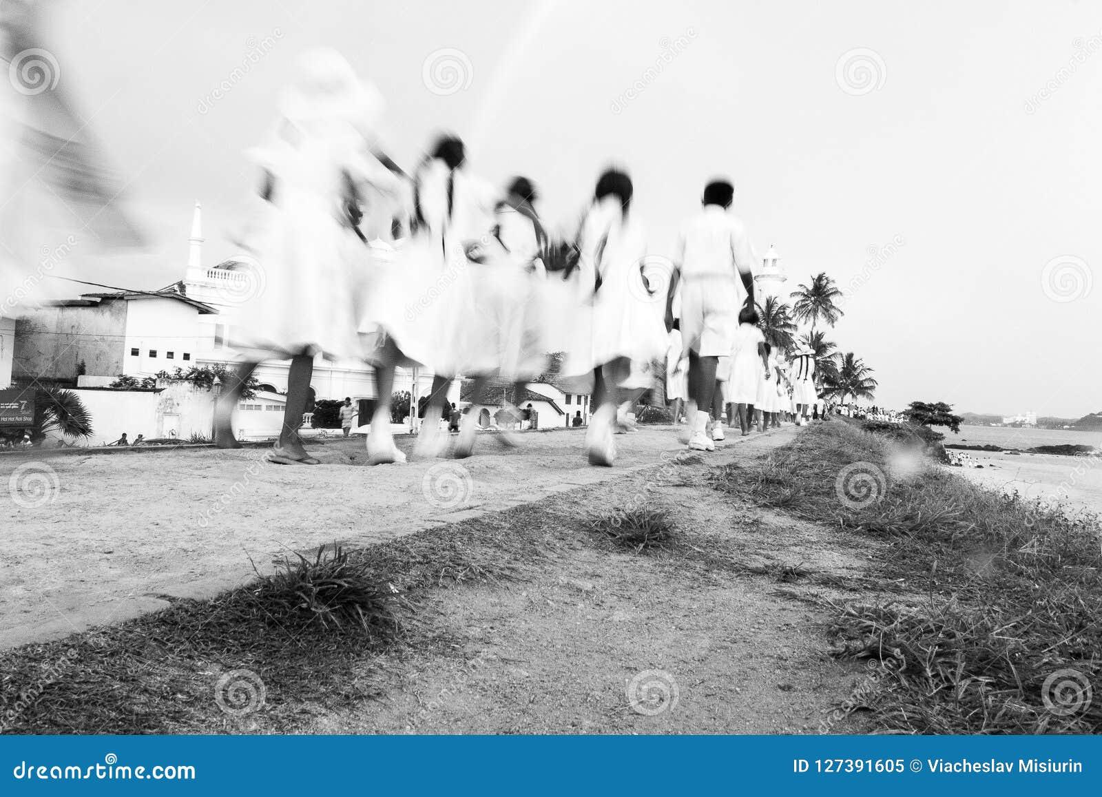 Srilankesiska skolastudenter på går till den Galle fyren, Galle, Sri Lanka
