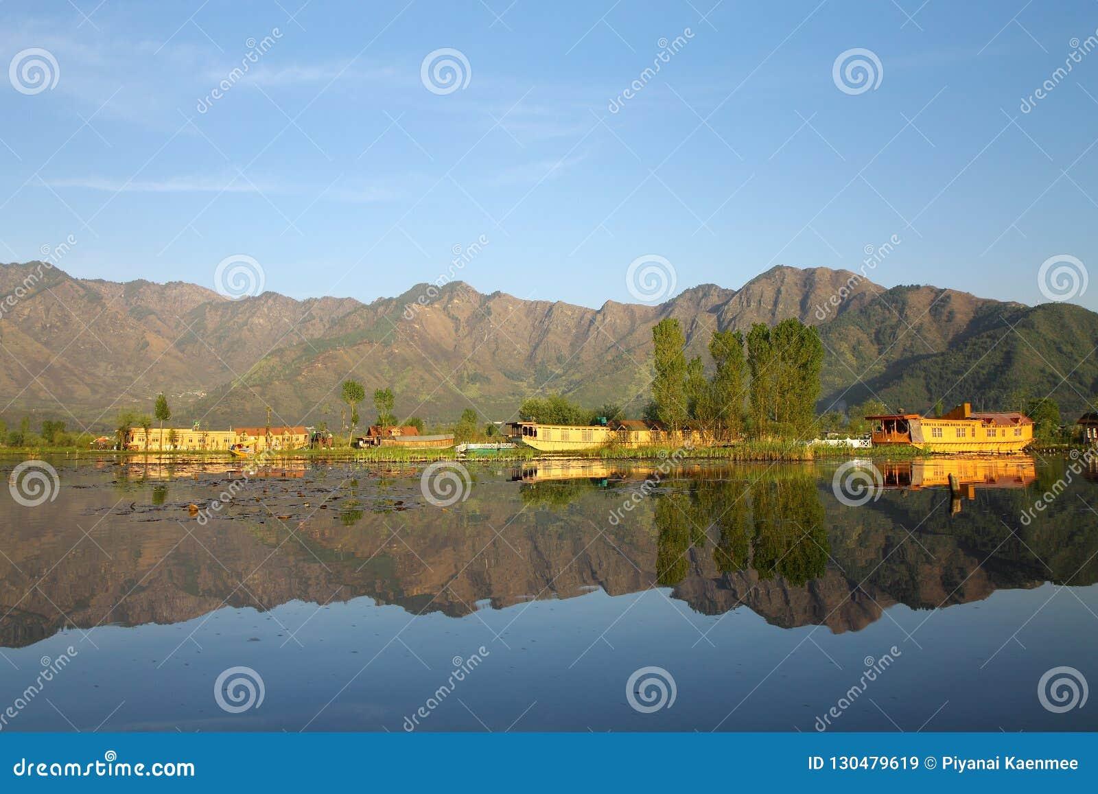 SRINAGAR, JAMMU Y CACHEMIRA, la INDIA abril de 2017: Paisaje hermoso en Dal Lake