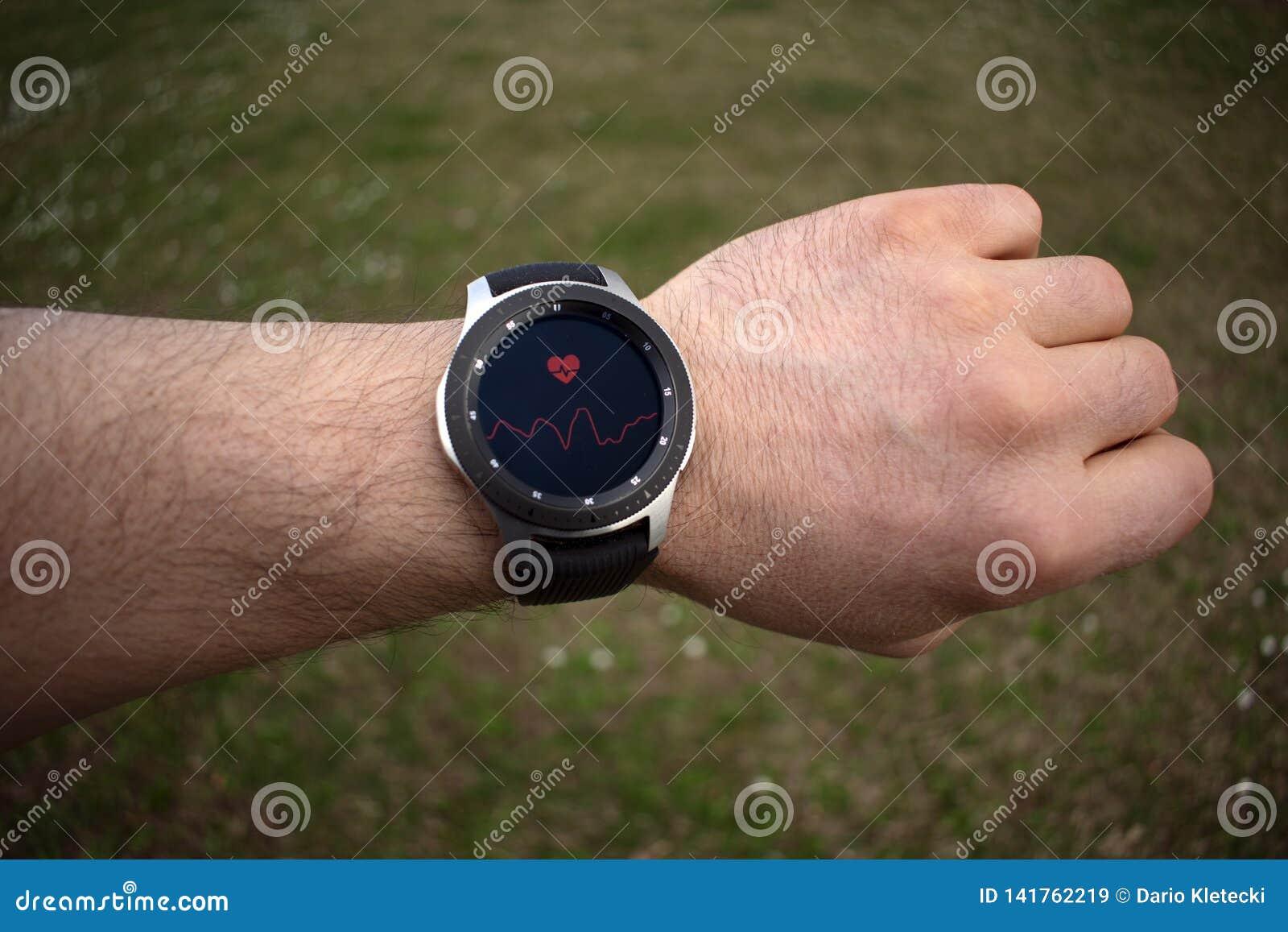 SSmartwatch на тарифе сердца руки человека измеряя