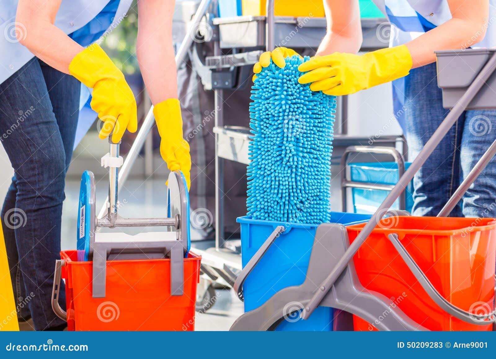 Städerskor som moppar golvet