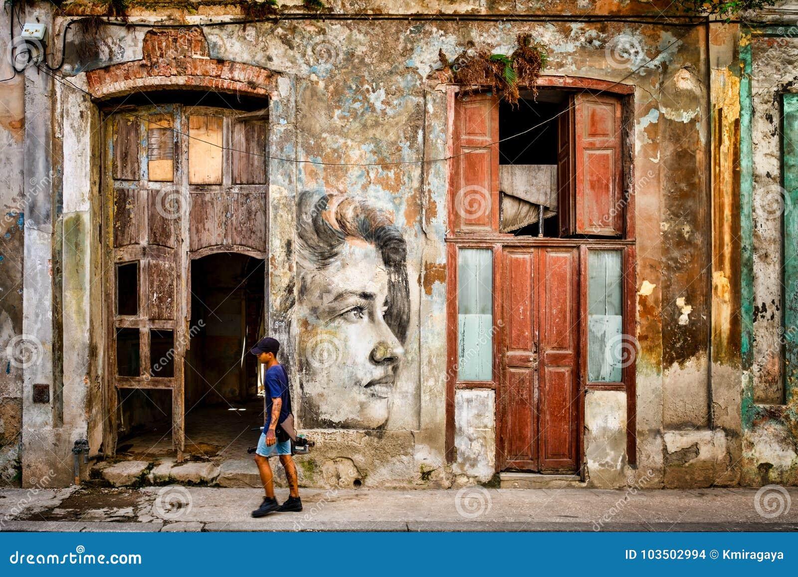 Städtische Szene mit schönem aber verfallendem Gebäude in altem Havana
