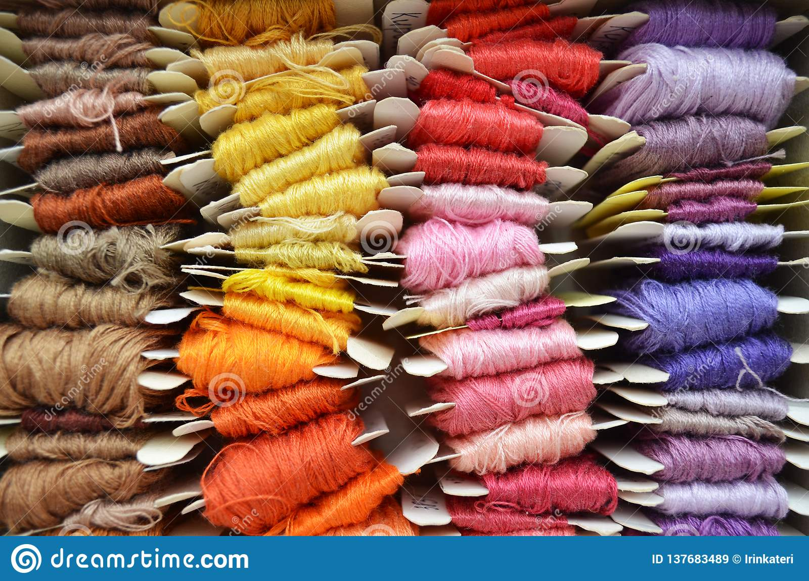 Ställ in av färgrika trådar i varma färger för broderi och att sy, den bästa sikten