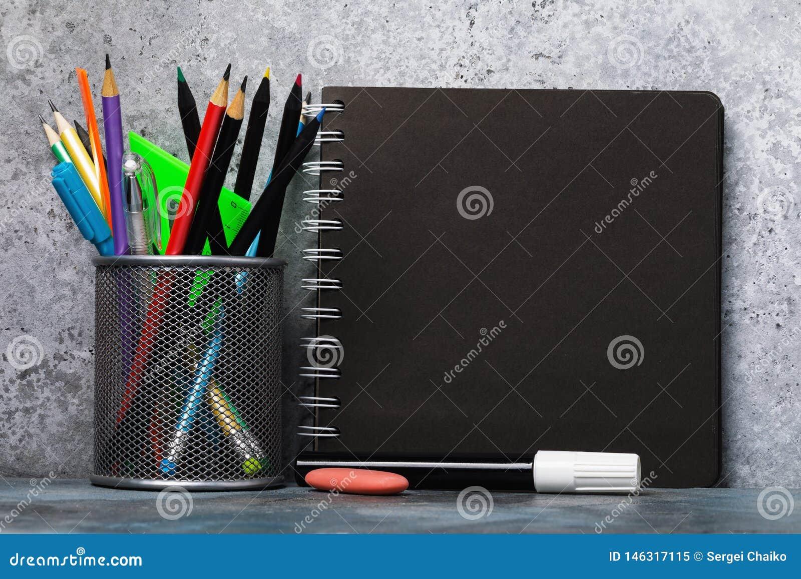 Ställ in av olika blyertspennor, pennor, och skissa blocket med kopieringsutrymme